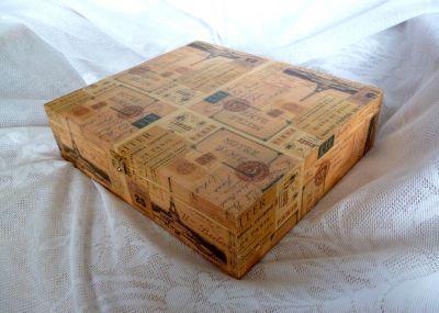 Krásná ruční práce dřevěná krabička na čaj 12 přihrádek s motivem Paříže PR5. Z krabičky na čaj je možné vyjmout přihrádky a použít krabičku i na jiné účely, třeba na šperkovnici. Cena poštovného se musí přičíst k ceně krabičky a činí 75kč. Při zakoupení více krabiček dohoda o poštovném jistá. Je možné si vybrat další výrobky do setu. Ušetříte poštovné.