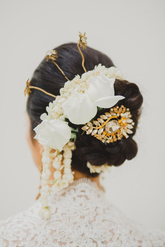 Traditional wedding headpiece | Cameron and Raudia by Puri Temple Hill | http://www.bridestory.com/puri-temple-hill/projects/cameron-and-raudia