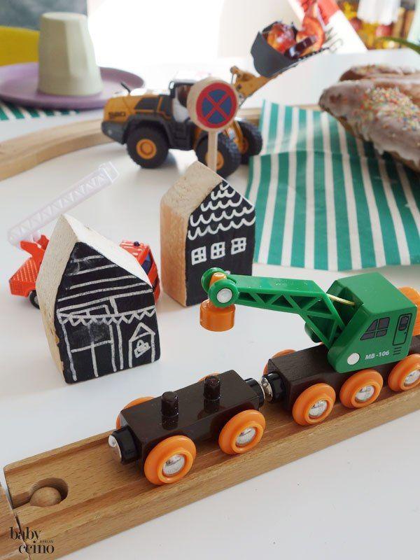 Kindergeburtstag - Dino-Party! Brio-Holzeisenbahn und DIY-Häuschen ... Tischdeko