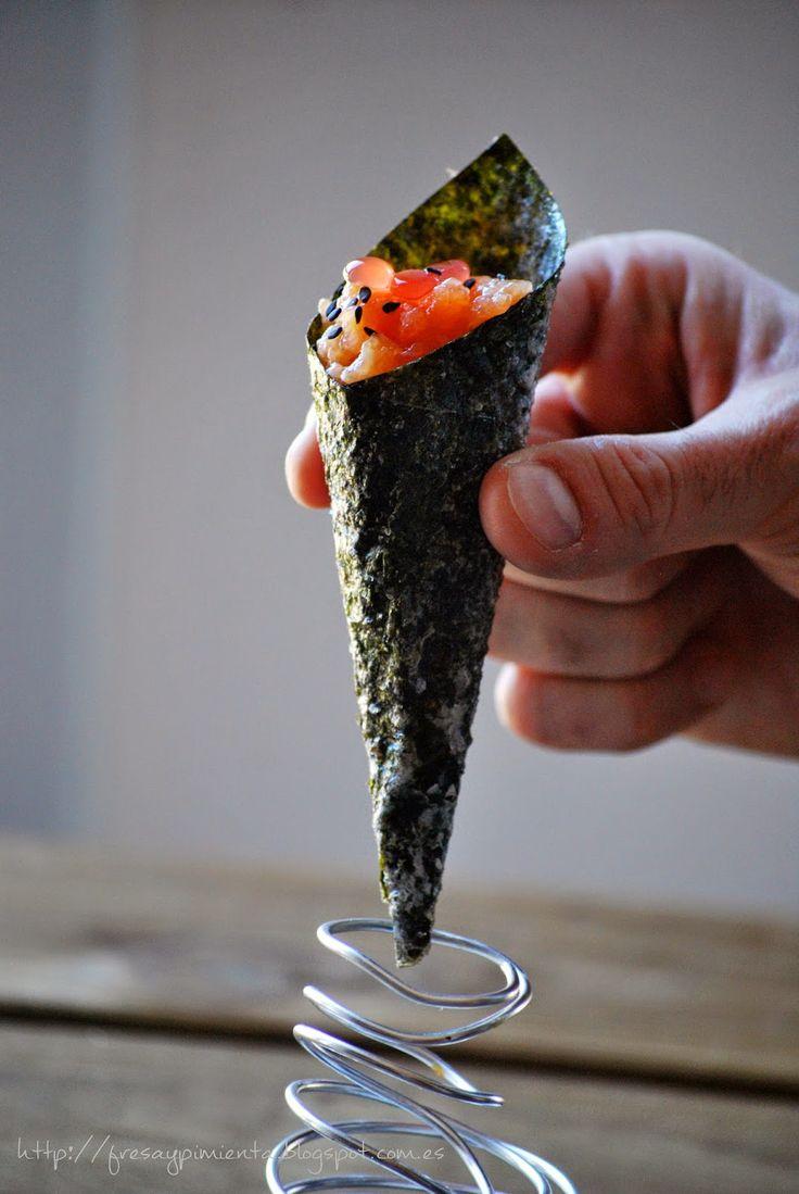 fresa & pimienta: Cucurucho crujiente de alga nori con tartar de salmón y caviar de Campari con naranja.