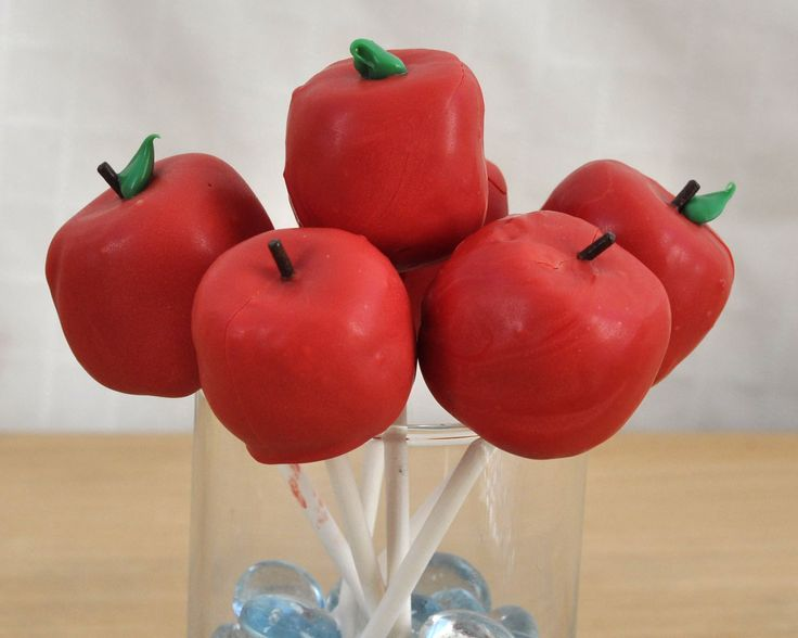 How to make Apple Cake Pops. How to make Cake Pops that look like apples. Teacher Gift Ideas. Apple-shaped treats for teachers.