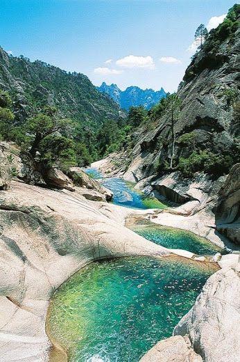 Restonica Valley -  Corsica - França O Rio Restonica com 1.711 metros de altitude se localiza nas Montanhas Rotondo. Suas corredeiras são repletas de cachoeiras e piscinas naturais de águas claras.