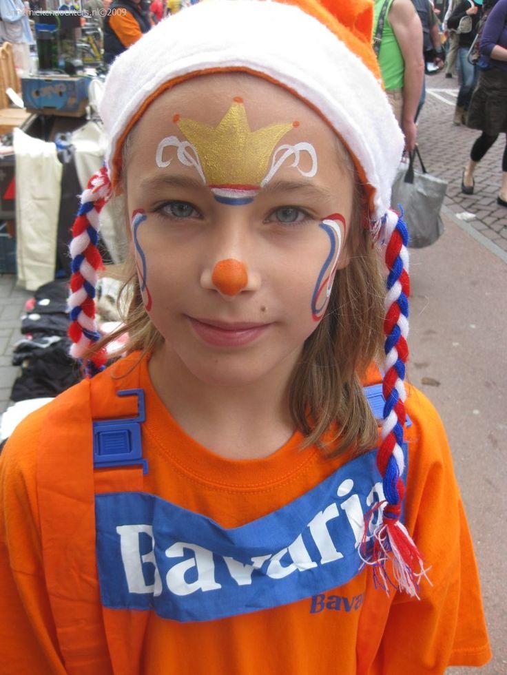 Met gouden schmink natuurlijk voor de kroon.  http://www.starmagic.nl/cameleon-metallic-oscar-gold-10-gr-ml1005 Leuk voorbeeld van : www.annemiekendochters.nl