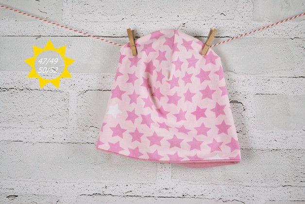 Die Beanie ist aus zwei verschiedenen  Jersey Stoffen genäht. Eine Seite rosa mit altrosa und weißen Sternen gestreift, die andere Seite ist unialtrosa.  Die Mütze kann nach Lust und Laune...