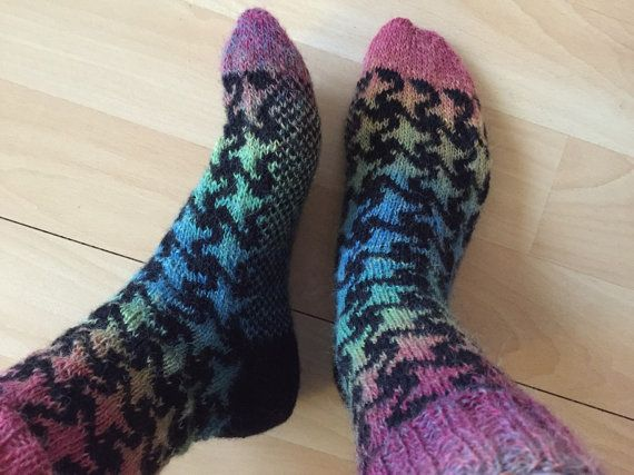 This beautiful handknitted woolen socks consist of two coloured types of wool, which are knitted in a star pattern. The stars cover both the top as the