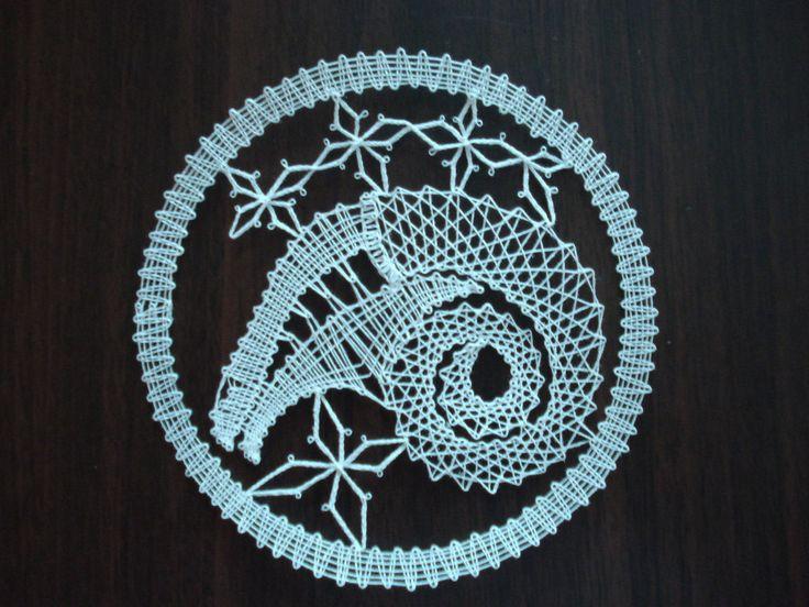 Znamení zvěrokruhu - beran Beran je paličkovaná krajka z bílé kordonetky o průměru 13 cm určená k zarámování či do pasparty.