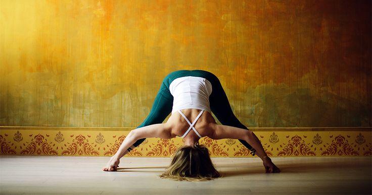 Eseguire Prasarita Padottanasana apporta numerosi benefici nel praticante, in quanto associa gli effetti positivi del piegamento in avanti, dell'inversione e dell'asana in piedi. Allunga la colonna vertebrale, stende i muscoli e i tendini posteriori della schiena e delle gambe, fortifica...