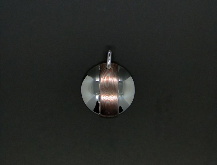 Le Mokumé Gané (= veine du bois métallique) est une technique Japonaise du 17eme siècle qui est l'équivalent du Damas mais pour les métaux non ferreux ( Argent, Or, palladium, cuivre Etc...) et donc plus riche encore en contraste de couleur ! Chaque bijoux crée en Mokumé Gané est unique comme peut l'être chaque arbre d'une forêt,comme vous pouvez l'être !!!