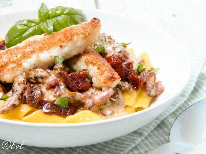 Lekker romige pasta met kip, zongedroogde tomaten, uitgebakken spekjes en basilicum. Recept op EtenvanEefke.