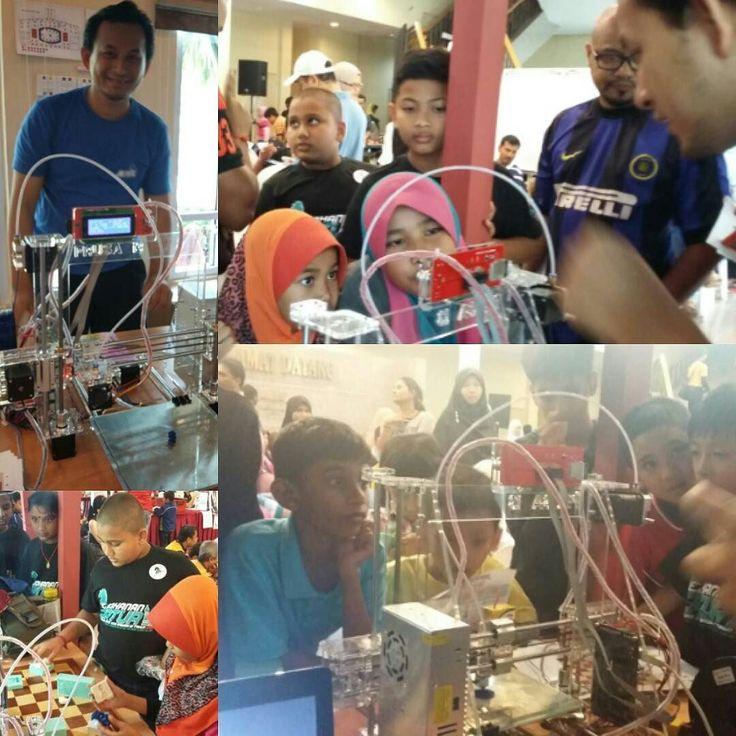 Great to see these kids having fun at AB Chess Booth! [Booth AB Chess dibanjiri pemain catur yg mahu melihat aksi pencetak 3D menghasilkan buah catur!] #ABChess #ABChessEngineering #rtm70 #rtmchess #cidb #3dprinting #ChessPutrajaya #ChessMalaysia by abchess_putrajaya