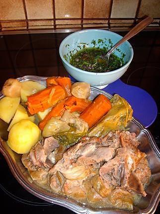 La meilleure recette de Tête et langue de veau à la sauce vinaigrette! L'essayer, c'est l'adopter! 4.5/5 (4 votes), 4 Commentaires. Ingrédients: 1 tête de veau et 1 langue de veau roulée et ficelée de 1,5kg à 2 kg, 1 grois oignon piqué de 3 clous de girofle, 6 carottes moyennes, 3 poireaux , 6 petits navets, 1 bouquet garni, persil et 2 branches de céleri, sel, poivre, 6 pommes de terre,