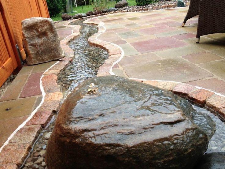Ein Bachlauf kann nicht nur im Garten fließen, sondern auch auf der Terrasse. Der Sprudelstein steuert noch ein beruhigendes Murmeln bei. Mehr dazu auf freudengarten