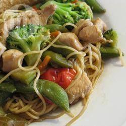 Chinese noedels met kip: 4 pers.  4 kipfilets 1 eetlepel plantaardige olie 60 gr ui, gesneden 180 gr broccoliroosjes 2 wortels, in zeer fijne reepjes 200 gr peultjes 350 gr Chinese noedels 60 ml teriyakisaus