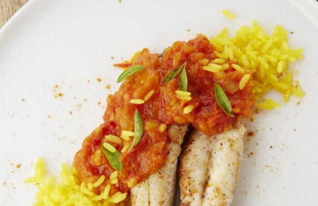 Rode poon met saffraanrijst en tomatencurry