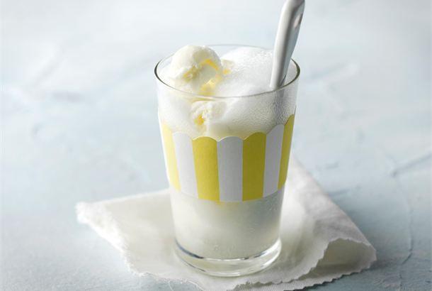 Jäätelösooda  ✦  Hauska jäätelösooda on lasten ja nuorten mieleen. http://www.valio.fi/reseptit/jaatelosooda/