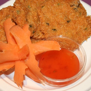 Tod Man Kung3  beignets aux crevettes et poulet marinés au curry rouge, servie avec notre sauce aigre-douce faite maison.