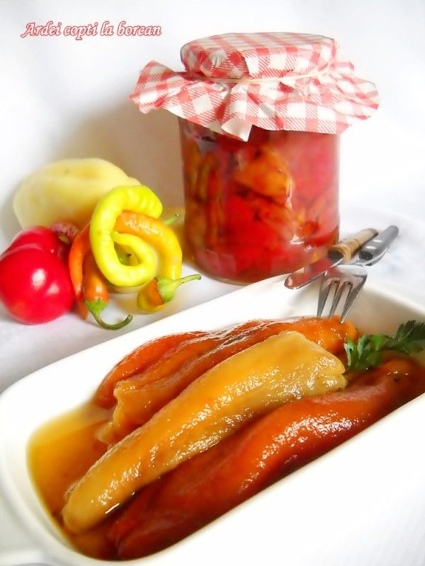 Ingrediente: 10 kg ardei capia sau 10 kg ardei grasi(putem sa ii si combinam, adica 5 kg kapia si 5 kg ardei grasi), 800 ml apa, 200 ml otet, 200 g zahar, 3 linguri sare fara iod (la vrac), 1 lingurita salicil (1 plic si jumatate praf conservant), Preparare: Coacem ardeii ii saram cu sare