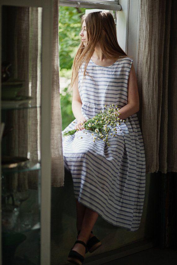 ~ 20% VERKOOP ~  De mouwloos petticoat is gemaakt van licht en luchtig katoen. Ziet er mooi bovenop of onder een Sondeflor jurk gedragen. Zijn  zachtheid en subtiliteit maakt het een mooie, wenselijk en comfortabele Nachthemd-evenals een veilige haven tegen de zomerhitte. Elke Sondeflor petticoat wordt geleverd in een mooie ruwe linnen tas. Sondeflor sleeveless petticoat in strepen komt, witte en hemelsblauwe kleur.  Sondeflor onderrokken komen in de volgende maten:  Maat S (EU 36, UK 8, VS…