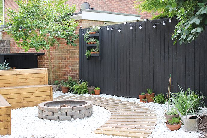 Modern garden with black fencing | Growing Spaces ------ lareira exterior