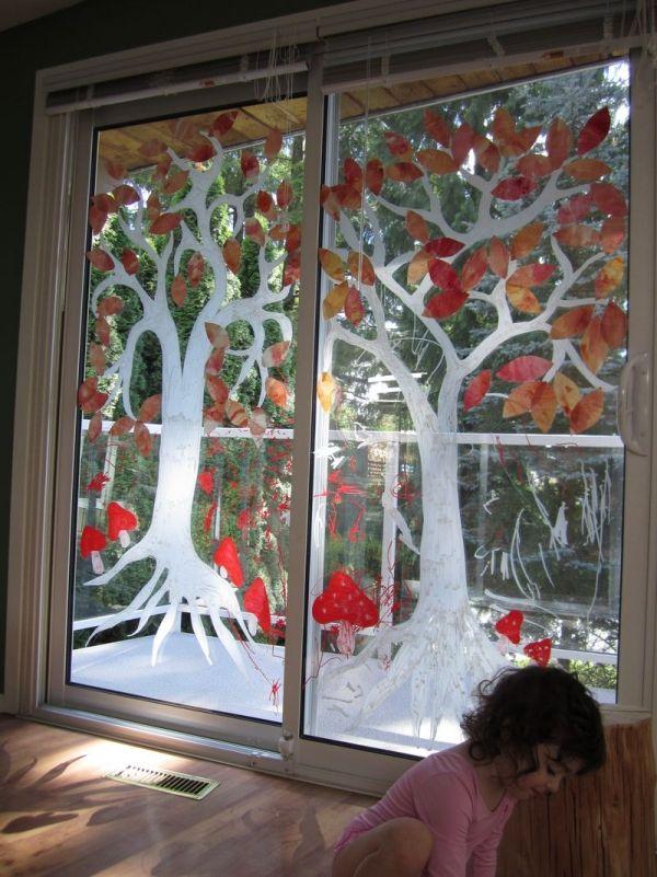 fröhliche-Fensterbilder-malen-auf-Glas-Türen-Baum-bunte-Krone-Pilze-herbst