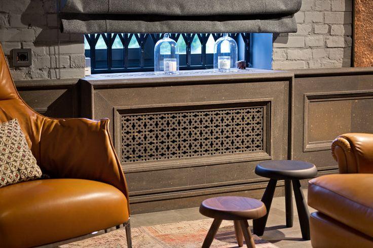 Деревянные табуреты и кожаные кресла создают дополнительное удобство. Wooden stools and lether chairs add more convenience.