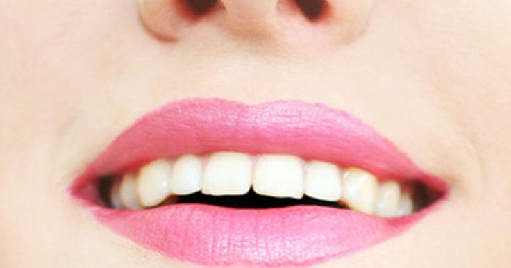 ¿Qué métodos naturales pueden blanquear tus dientes?. Todo el mundo quiere una sonrisa blanca y brillante. Muchos factores pueden causar manchas significativas en los dientes, tales como ciertos alimentos o líquidos, el tabaquismo y la edad. Hacer que un dentista blanquee tus dientes o usar un kit de blanqueamiento en casa son dos opciones que pueden poner remedio a este problema, pero estos ...