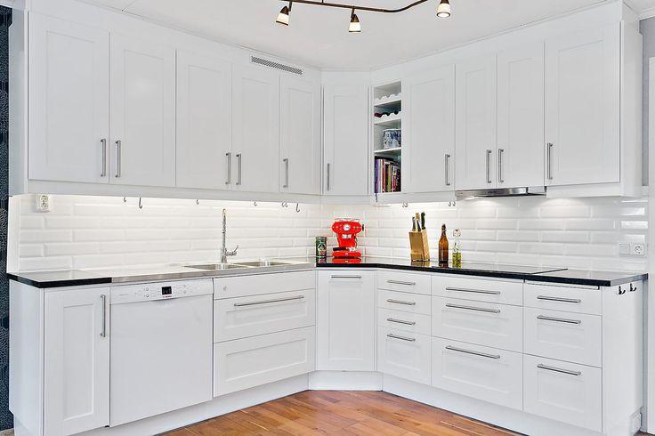 Mycket förvaring i köket. LUCKA: Studio vit   Ballingslöv LOCATION: Villa i Vänersborg