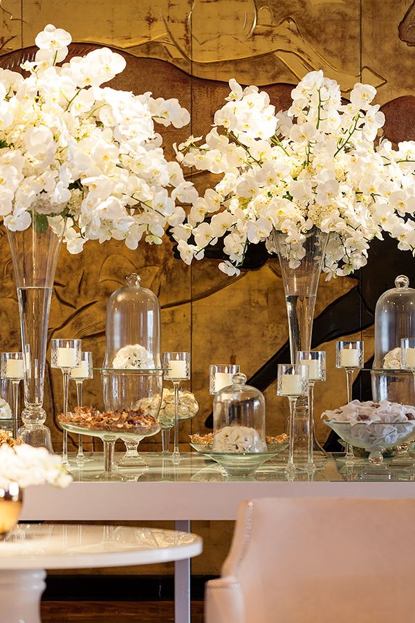 Mesa de doces - lançamento revista Constance Zahn Casamentos no Villa Jockey - arranjos orquídeas phalaenopsis brancas ( Decoração: Cenográphia | Foto: Julia Ribeiro )