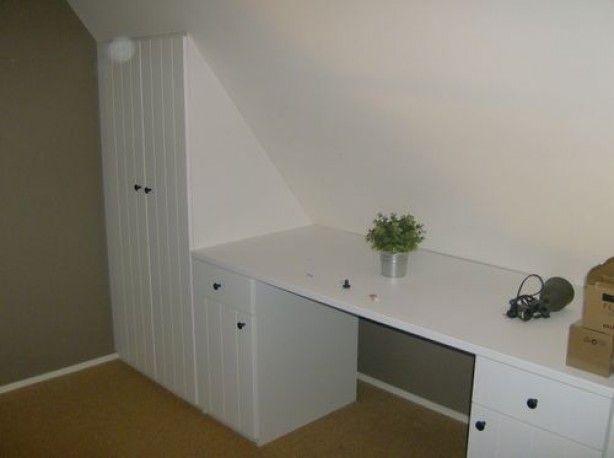 Kasten en een bureau onder een schuin dak