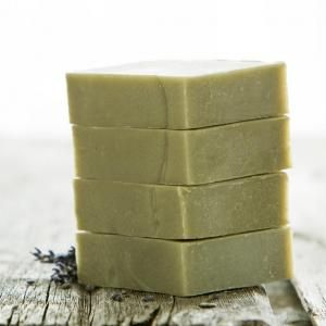 Sabonete de Argila verde: 500 g de sabão à base de glicerina 75 g de argila verde Óleo essencial Molde de silicone