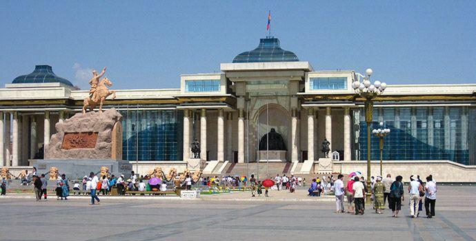 Parlamentsgebäude mit Statue von Dschingis Khan