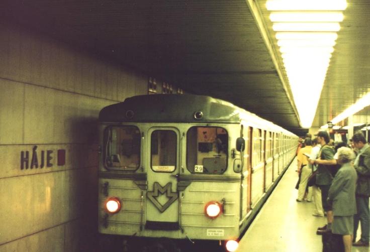 Pražské metro - Souprava typu Ečs ve stanici Háje; první série těchto vozů byla do Prahy dodána z SSSR roku 1973