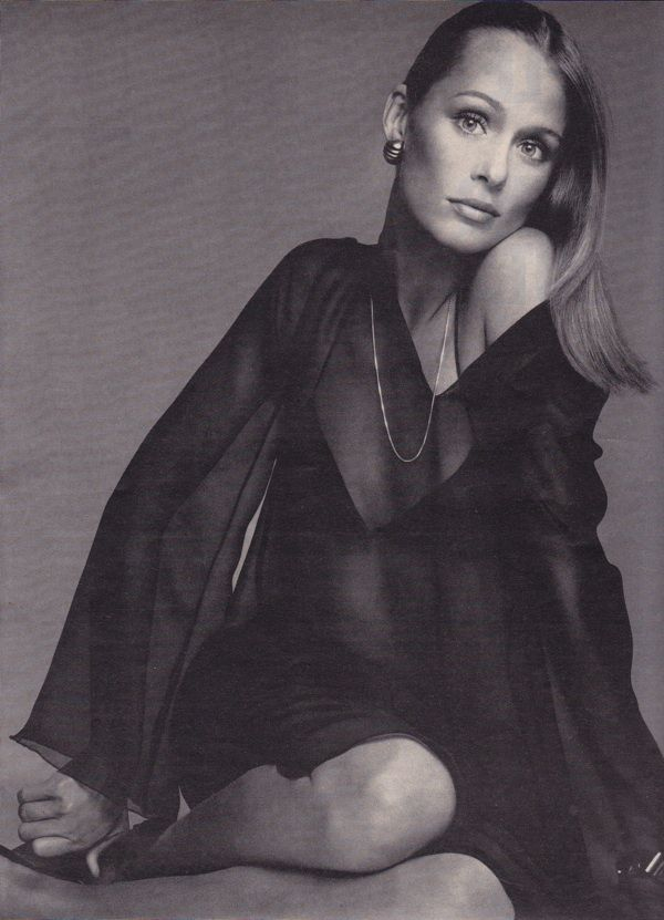 Lauren Hutton in a chiffon caftan by Halston. (US Vogue, April 1973/Photographer: Richard Avedon)