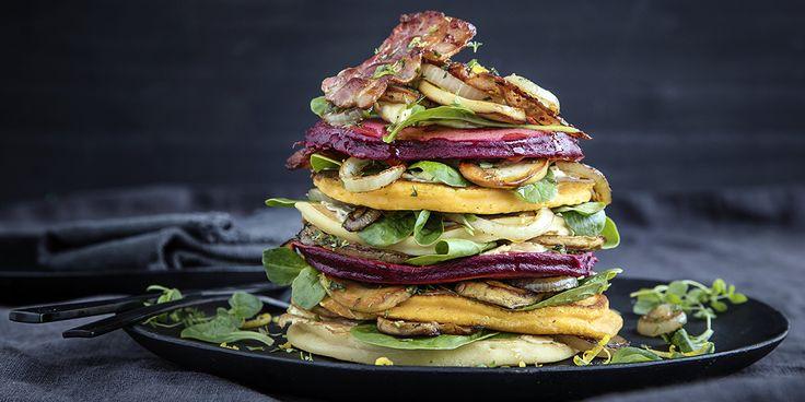 Vi elsker pannekaker! Liv opp hverdagsmiddagen med fargerike pannekaker av rotgrønnsaker. Oppskrift på pannekaker med rotgrønnsaker, bacon, sopp og løk.