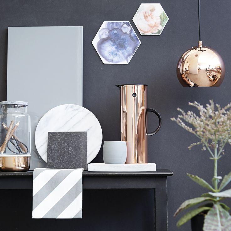 Skab luksusstemning i dit køkken med få, velvalgte detaljer. Eksklusive materialer som fx hvid og grå marmor eller kobber løfter den typiske sort/hvid/grå-basisindretning til luksusklassen. Se stylistens tips på www.jke-design.dk