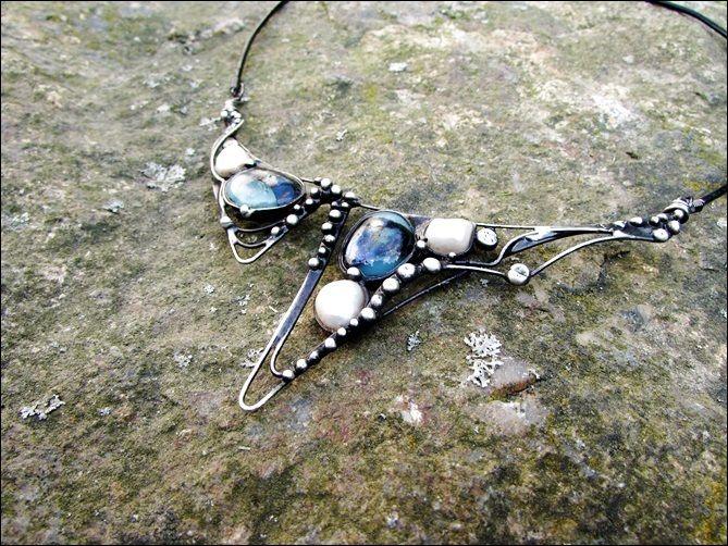 """Náhrdelník+-+jezerní+královna+Náhrdelník+-+,,jezerní+královna""""+je+vyroben+pomocí+cínu+s+příměsí+stříbra+(+cín+neobsahuje+olovo)+a+drátku.+Na+šperk+jsou+použité+fusingové+sklíčko+v+modré+barvě+vlastní+výroby+a+říční+perly.+Šperkje+patinován+a+následně+očištěn+specielním+olejem.+Velikost+šperku+je+11x4cm.+Je+zavěšen+na+černé+kůžis+bižuterním..."""