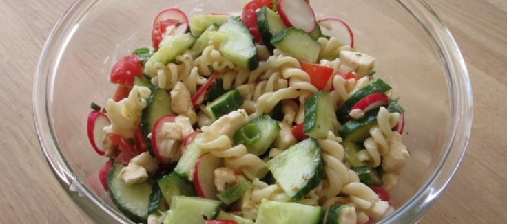 Koude pasta-salade met verse groente.