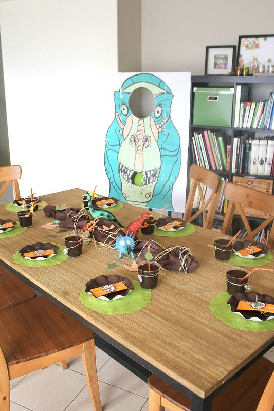 table dinosaure dinosaures party anniversaire dinosaures dinoparty dinosaures party. Black Bedroom Furniture Sets. Home Design Ideas