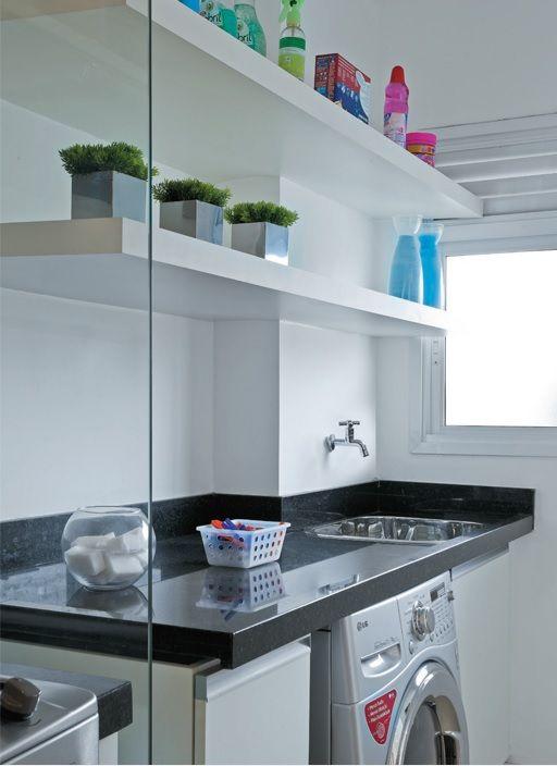 Graças a eliminação da porta de correr que dividia a cozinha da lavanderia, ganhou-se um ambiente mais claro e amplo. Para tanto, os móveis brancos e as portas de vidro contribuíram para a sensação de amplitude do espaço.