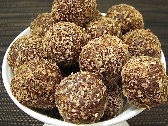 Raw Vegan Chocolate Fruit Balls - Looking for a healthy sweet treat? Make these delicious raw vegan chocolate fruit balls in minutes in your food processor. YUMMO!