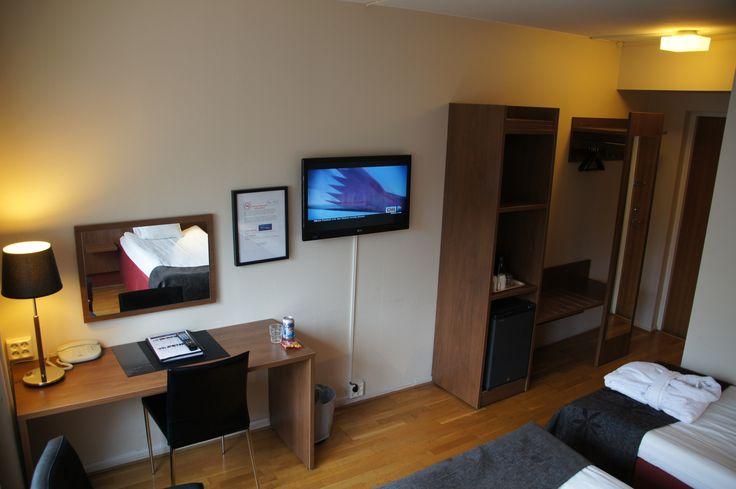 Detta är Rum 102, ett dubbelrum som kan ha en extrasäng vid behov, läs mer på http://www.stanga.se