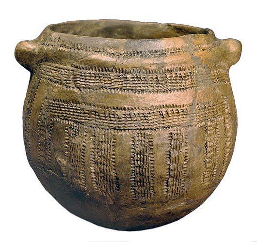 Vaso globular con decoración impresa cardial de la Cova de la Sarsa (Alcoi). Neolítico antiguo: entre 5000 y 4200 años a.C.