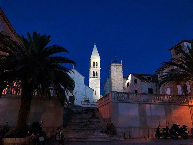 Reposting @emmasvea: Night walker #AlquilerdeFincasenAntioquia #AlquilerdeFincas #AlquilerDeFincasEnMelgar #AlquilerDeFincasEnGirardot #FincasDeTurismo #HotelesEnMelgar #AlquilerdeCabañas #PaquetesTuristicos