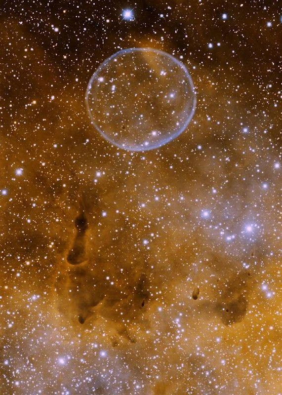 Seifenblasen-Nebel! Die feine kugelförmige Struktur liegt in den Außenbereichen einer Wasserstoffwolke im Sternbild Schwan unweit des Mondsichelnebels NGC 6888 und ist wegen ihrer sehr zarten Färbung auch auf Spezialfotografien kaum erkennbar.