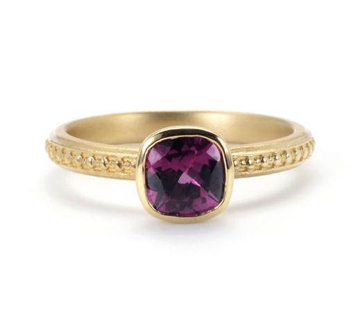 Anel de Ouro 18K e Granada Rodolita, U$ 1725 | 25 anéis de noivado deslumbrantes que não são feitos com diamantes