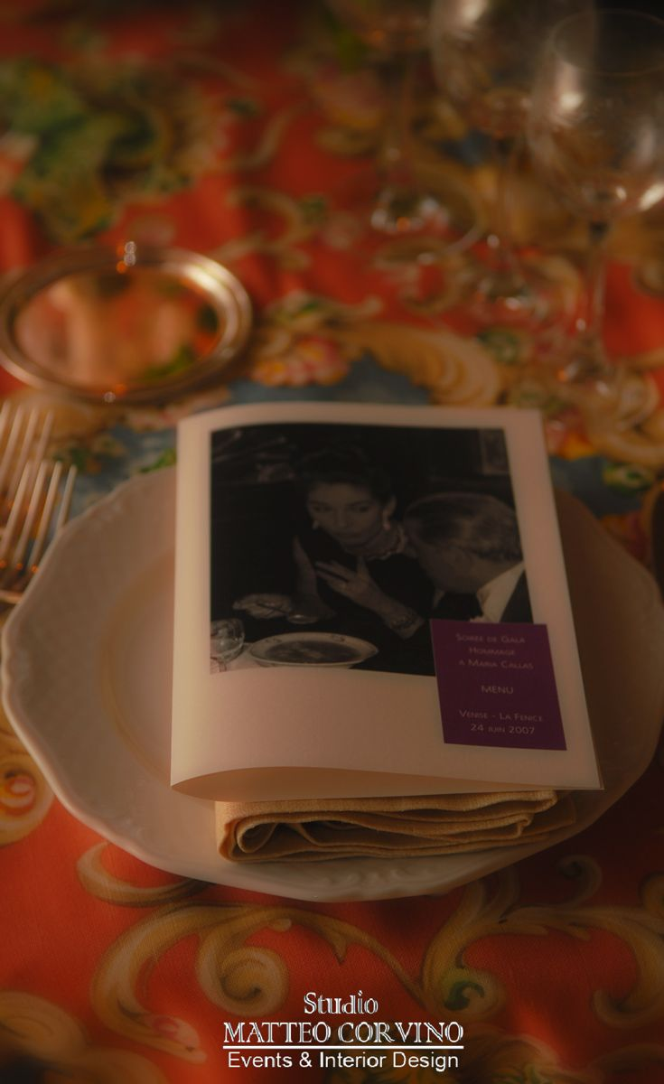 Stampa personalizzata dedicata all'evento. #table, #flower, #light, #interior, #wedding, #receipt, #luxury, #gala, #dinner, #plate, #print, #venice, #wedding  Matteo Corvino Designer