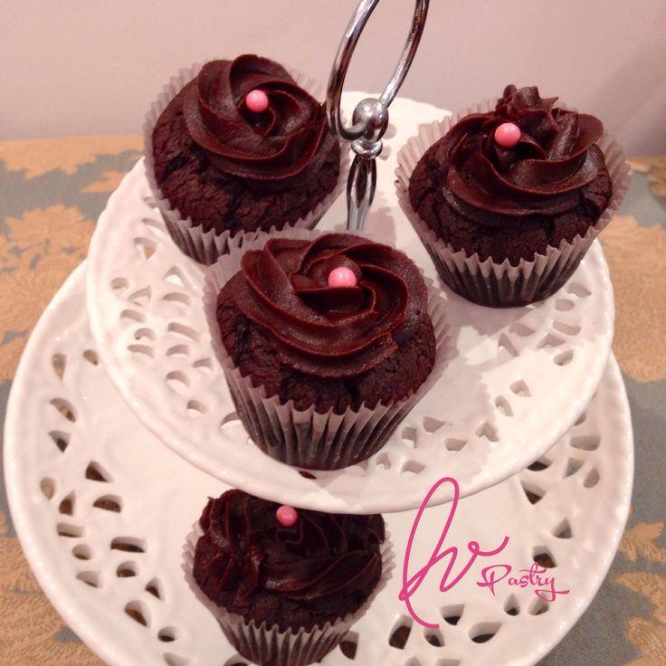 Cupcake de chocolate con fudge de chocolate casero.