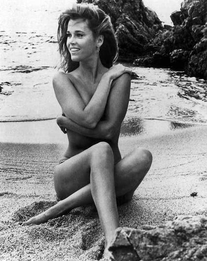 Jane Fonda Erotic Nude Picture At The Beach Sigueme En -9829