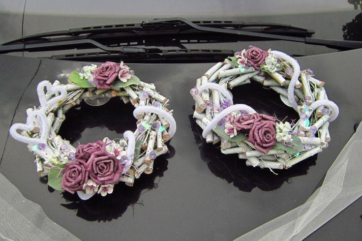 Svatební věnečky se šerpou v romantickém stylu Tato dekorace obsahuje dva přírodní věnečky nabarvené na bílo. Jsou dozdobené pěnovými růžemi, papírovými kytičkami, látkovými kvítky levandule, akryl. korálky na drátku, chlupatým drátkem. Průměr věnečků je cca 20cm. Na spodní straně jsou přidělané přísavky. Dále organz. šerpu, která je opatřená ...