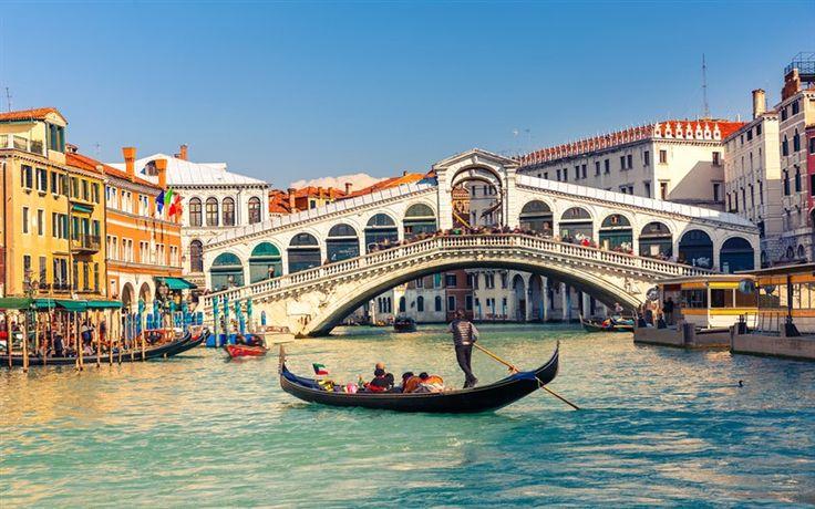 İtalya, Avrupa'nın en turistik ve en renkli ülkelerinden. Belki de en çok turist trafiğine sahip olan bu ülkede, gezilmesi gereken birçok önemli yer bulunuyor. Antik sokakları ile Roma, romantik şehri ile Venedik, muhteşem manzarası ve gölü ile Como gölü, alışverişi ileMilano, müzeleri ve kiliseleri ile Vatikan, tarihi
